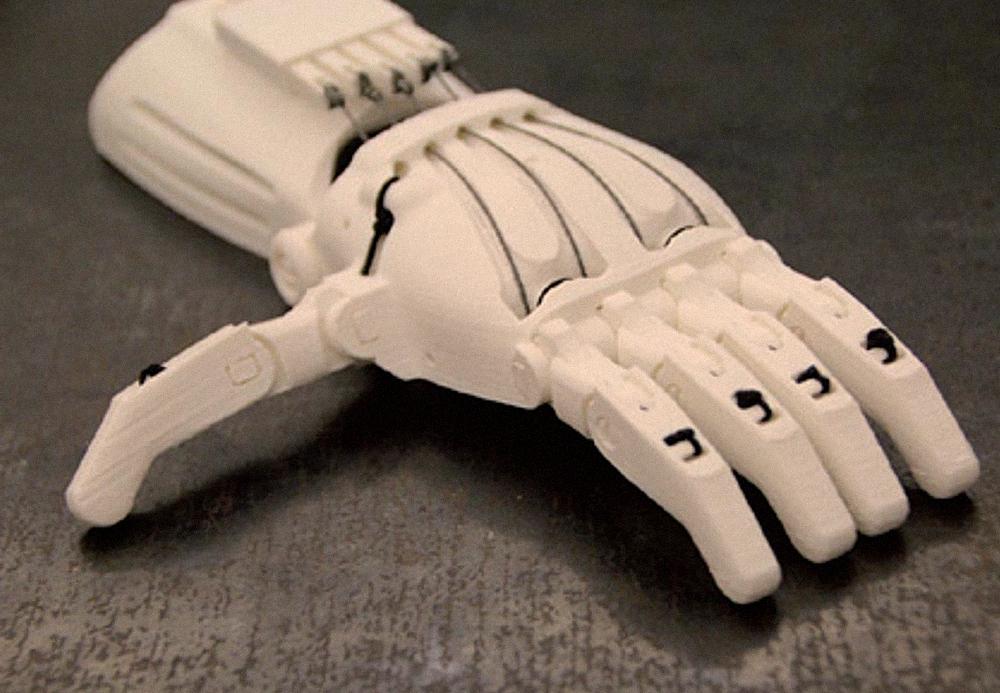 Organizácia e-Nable združuje dobrovoľníkov, ktorí doma vyrábajú 3D protézy končatín pre deti.