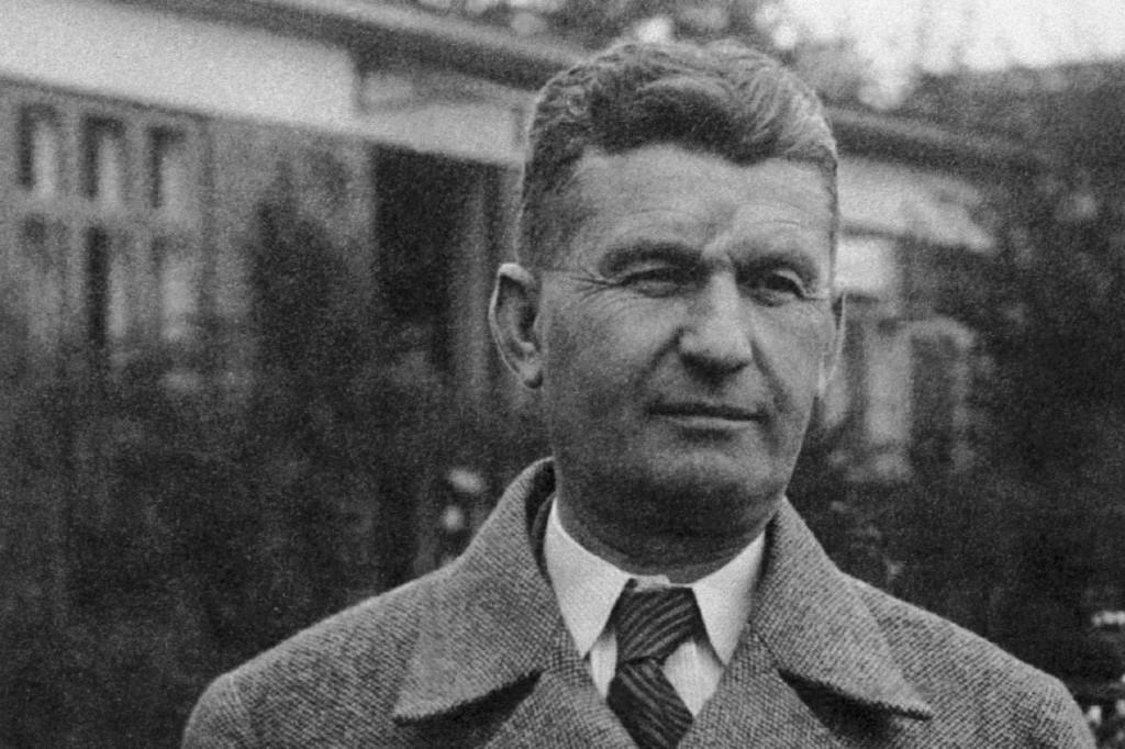 Tomáš Baťa nosil na čele jazvu po nehode a v čase svojho najväčšieho úspechu trpel na bolesti nôh. Aj napriek tomu vybudoval impérium pre ľudí.