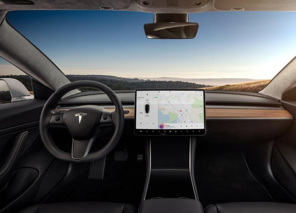 Rozmerný monitor namiesto displejov a ovládačov. Elektromobil Tesla Model 3 (modelový ročník 2018)