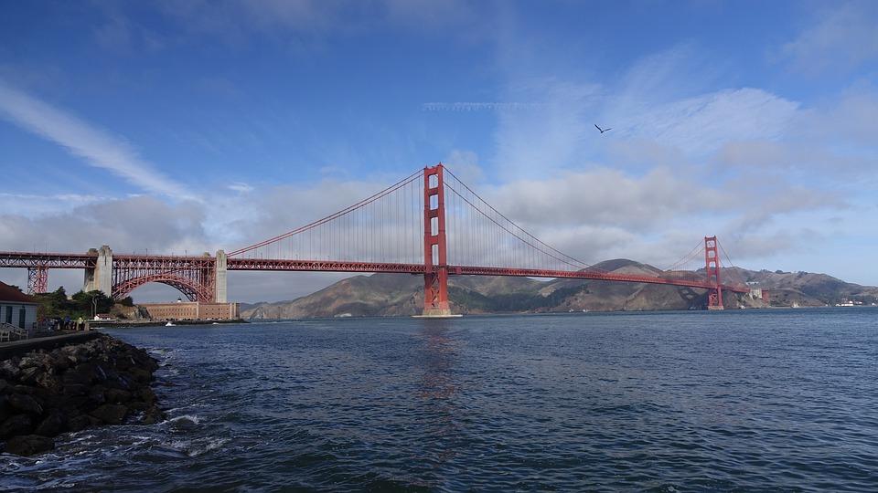 San Francisco na západnom pobreží USA v Kalifornii. Na fotografii je most Golden Gate