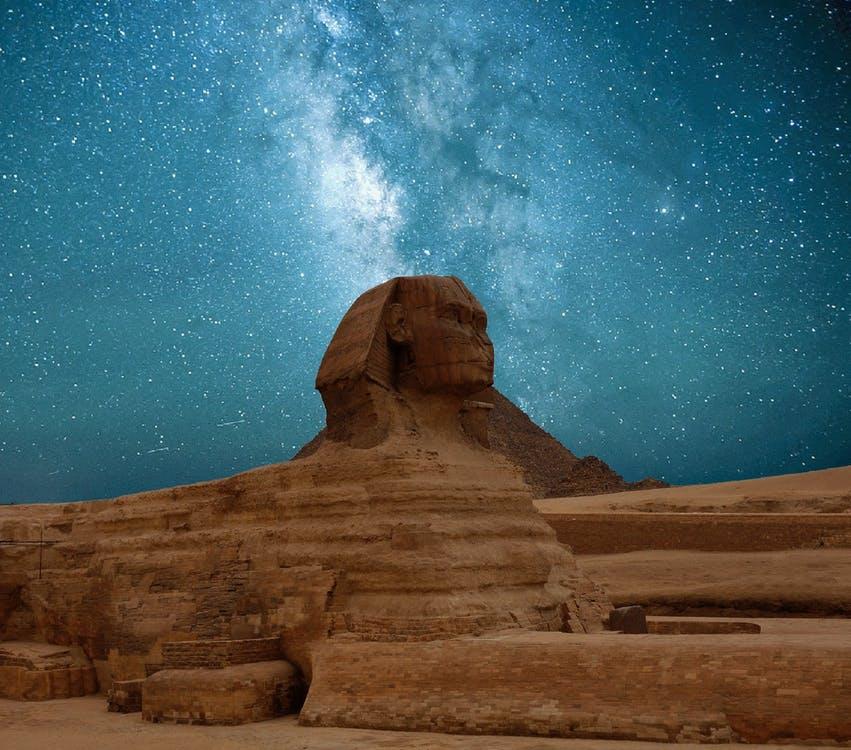 """Pomníky, mohyly, pyramídy a mnohé ďalšie megastavby vznikli preto, aby pretrvali tisícročia a aby pripomínali konkrétneho človeka. Je to však skutočne """"to"""", čo naozaj pretrvá?"""