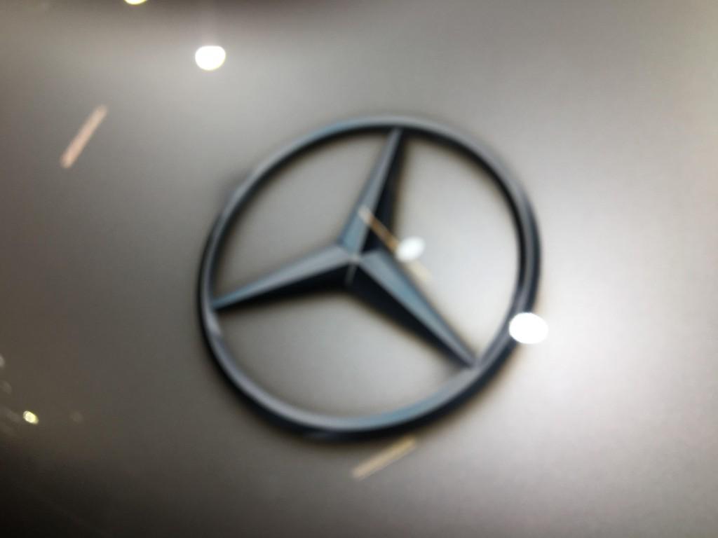 POSTREH: Namiesto kovového loga automobilky obyčajná nálepka? Dúfame, že k zákazníkom sa dostanú kusy so skutočným kovovým emblémom!