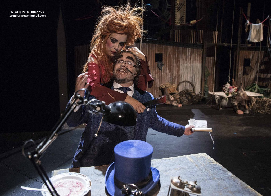 Španielska hodinka, opera Mauricea Ravela, je založená na klasickej komediálnej zápletke na tému ľudských vzťahov azlyhaní manželskej vernosti. Na foto Terézia Kružliaková, Tomáš Juhás. Foto Peter Brenkus.