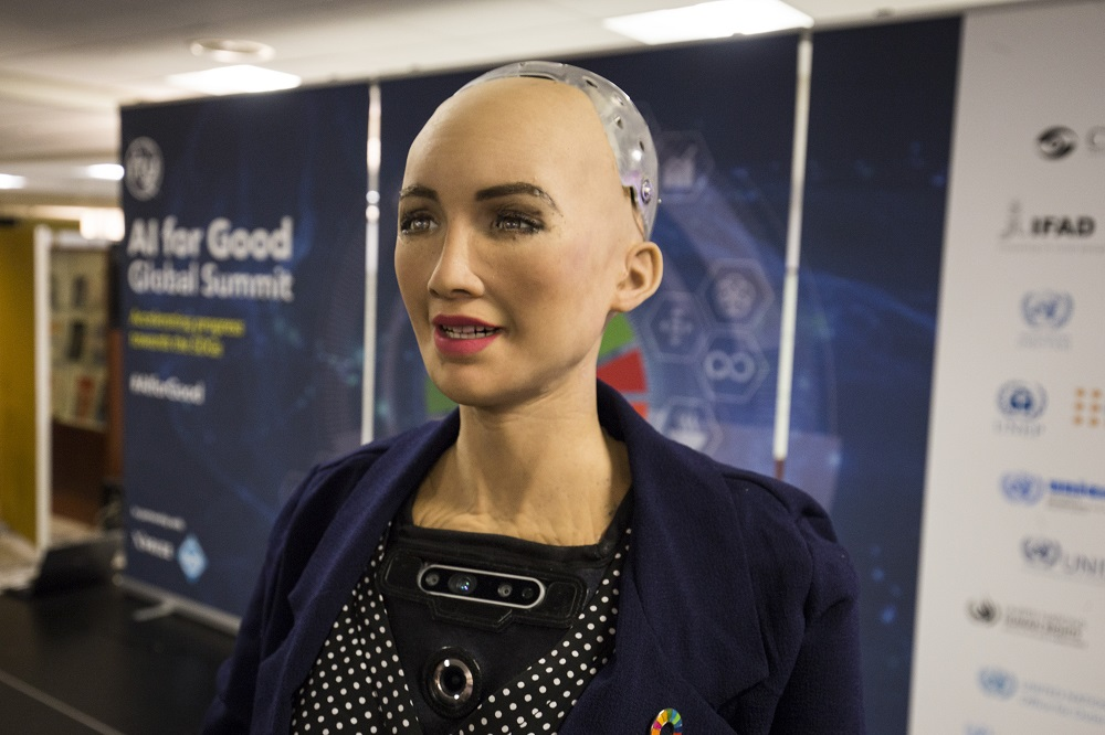 Robotka Sophia (zdroj foto: Wikimedia Commons/ITU Pictures)