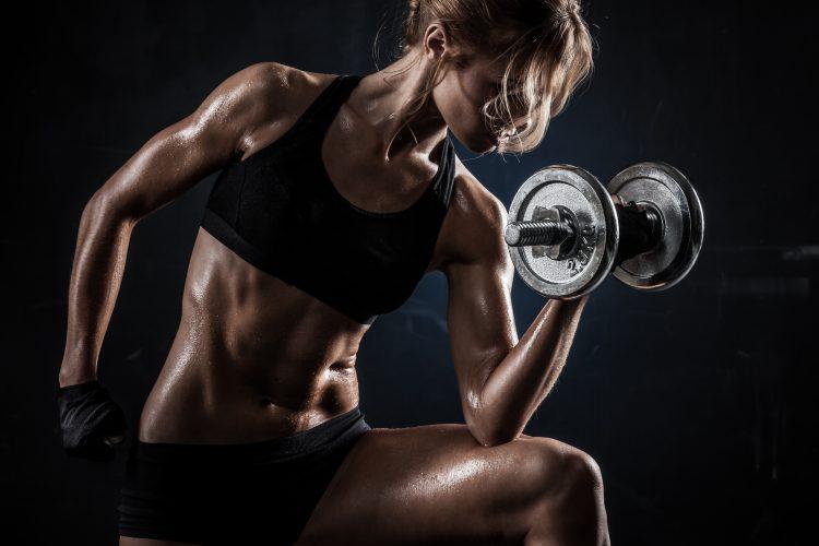 Mýty fitness žena s činkou