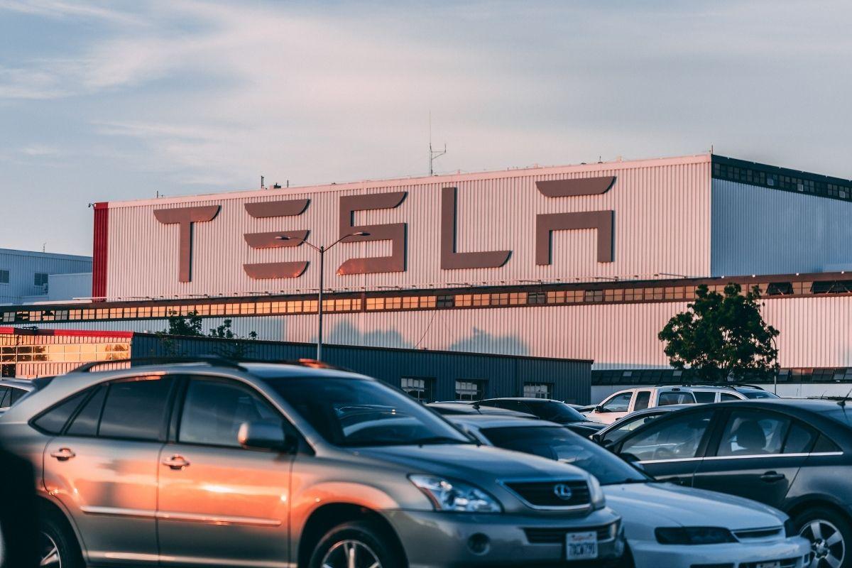 Tesla (zdroj obrázku: canva.com)