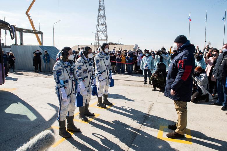 Filmový režisér Klim Shipenko, herečka Yulia Peresild akozmonaut Anton Shkaplerov pred nastúpením do Sojuzu [Roscosmos]